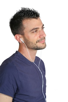 Jongen die aan muziek luistert