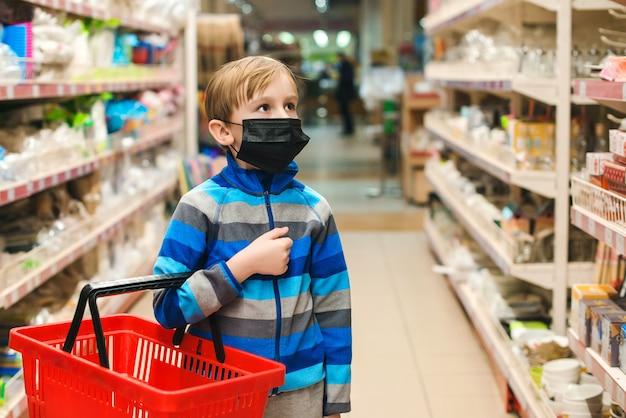 Jongen die beschermend masker in de winkel draagt