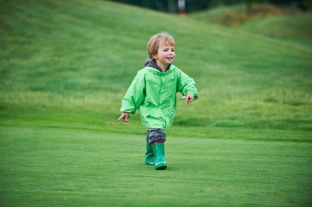 Jongen die de golfbaan loopt