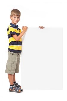 Jongen die een banner op een witte achtergrond houdt