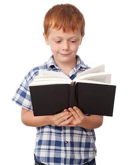 Jongen die een boek leest