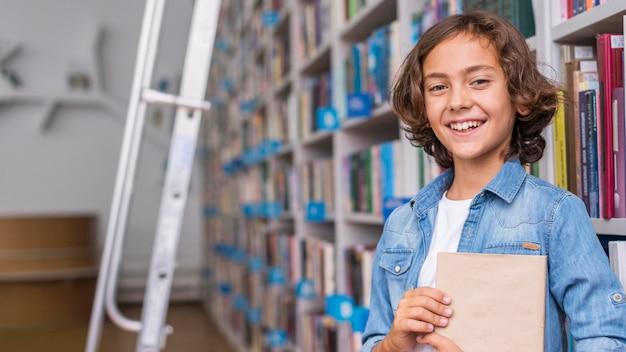 Jongen die een boek met exemplaarruimte houdt