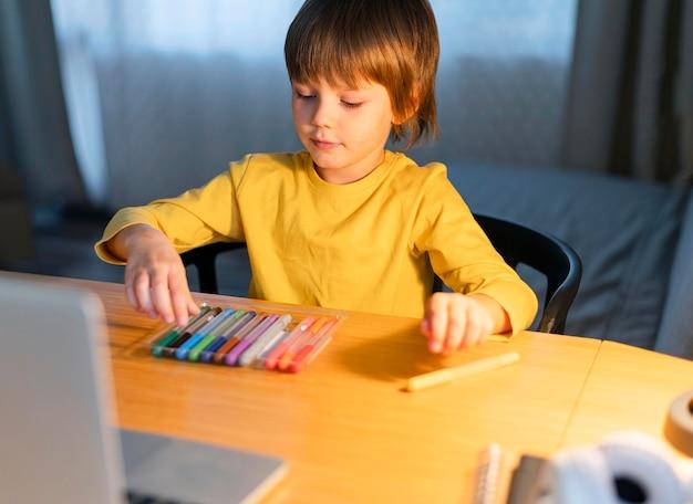Jongen die een gekleurde markering kiest Premium Foto
