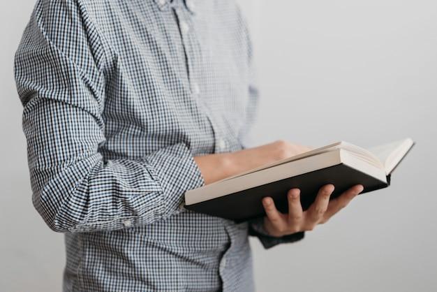 Jongen die een heilig boek leest