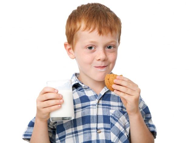 Jongen die een koekje eet