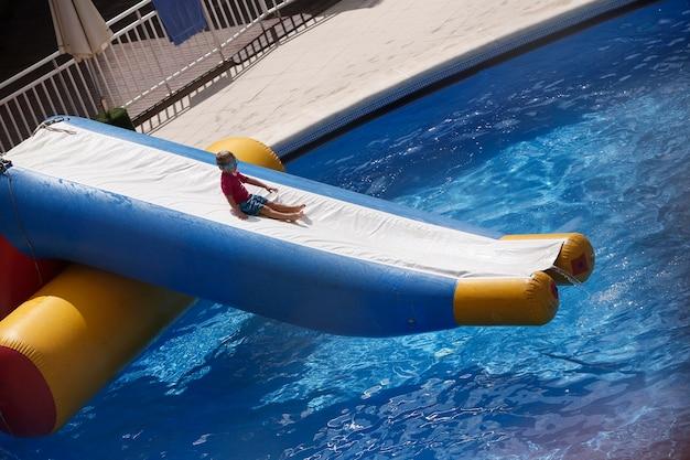 Jongen die in de pool met vlotters speelt