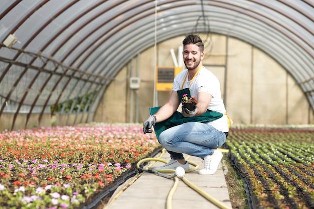 Jongen die in een tuinopslag werkt