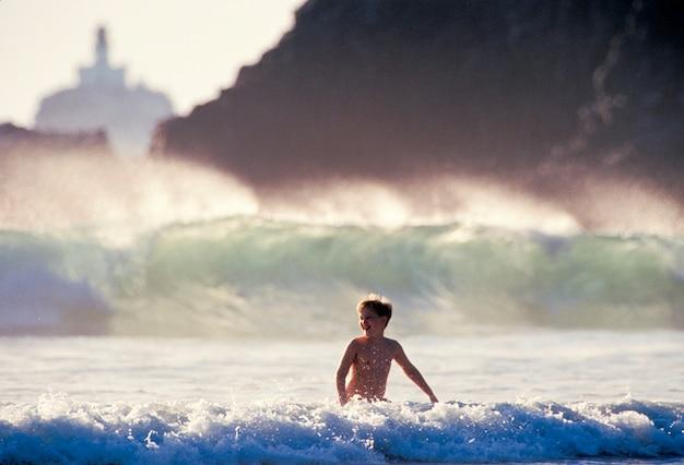 Jongen die in golven zwemt