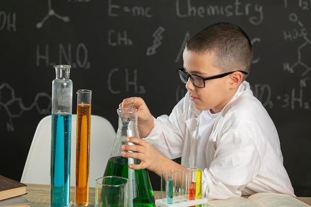 Jongen die in laboratorium tests doet