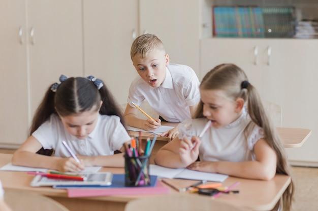 Jongen die in notitieboekjes van meisjes piept