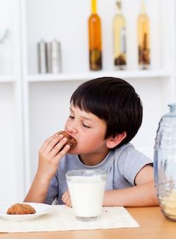 Jongen die koekjes eet