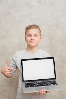 Jongen die laptop malplaatje voorstelt