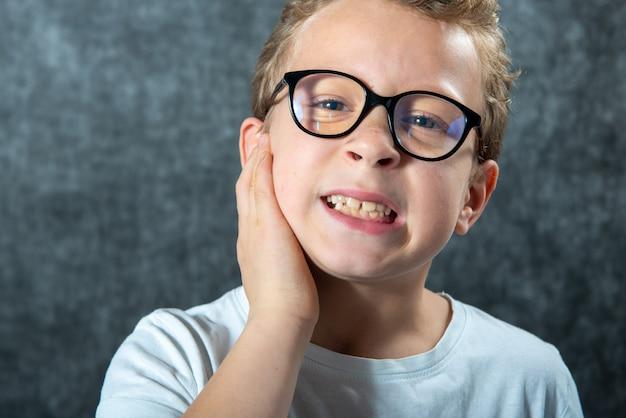 Jongen die lijdt aan oorpijn