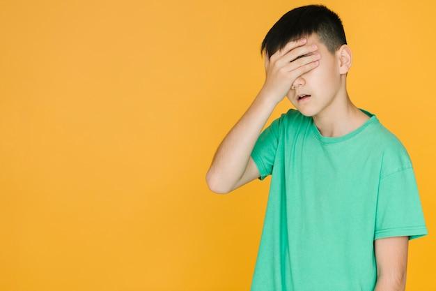 Jongen die teleurgesteld met exemplaarruimte kijkt