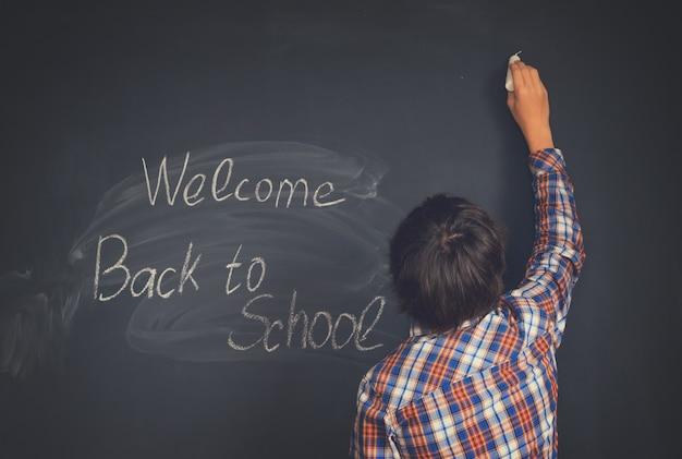Jongen die terug naar school zwarte raad op achtergrond trekt
