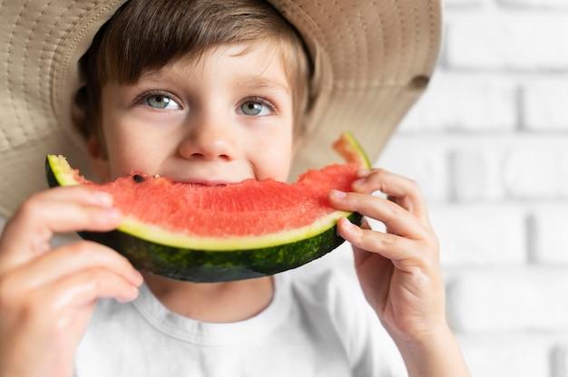 Jongen die van watermeloen geniet