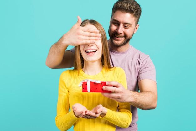 Jongen die verrassing geeft aan zijn vriendin
