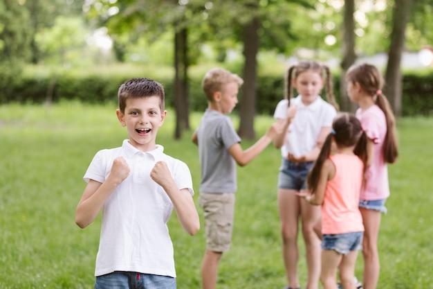Jongen die vrolijk is voor het winnen van een spel