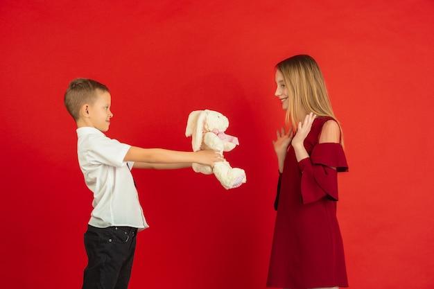 Jongen die zachte knuffel geeft aan een meisje