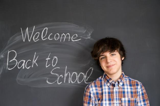 Jongen die zich met terug naar school zwarte raad bevindt