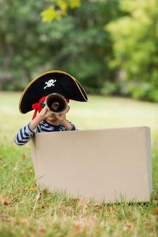 Jongen die zich voordoet als een piraat