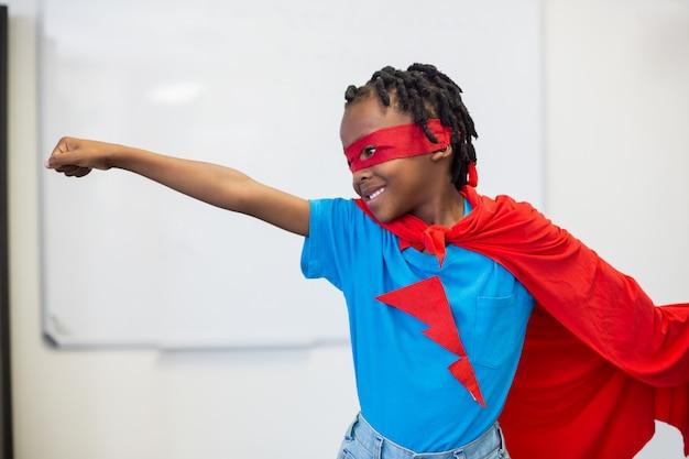 Jongen die zich voordoet als een superheld