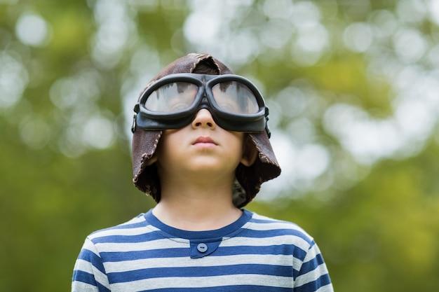 Jongen die zich voordoet als luchtvaartpiloot