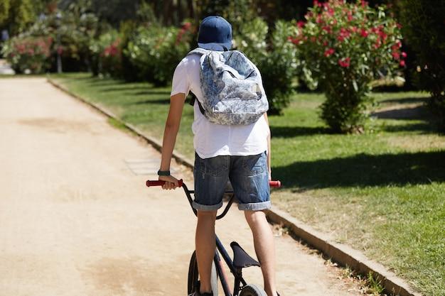 Jongen die zijn fiets in park berijdt