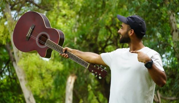 Jongen die zijn nieuwe gitaar laat zien