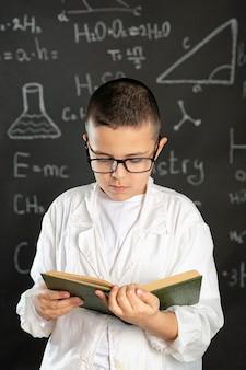 Jongen doet experimenten in laboratorium