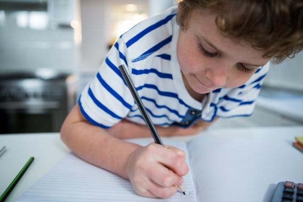Jongen doet zijn huiswerk