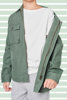Jongen draagt groene jas en poseren
