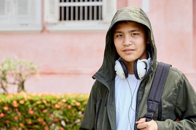 Jongen draagt jas en hoofdtelefoon