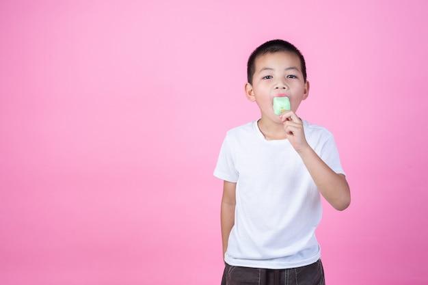 Jongen eet ijs