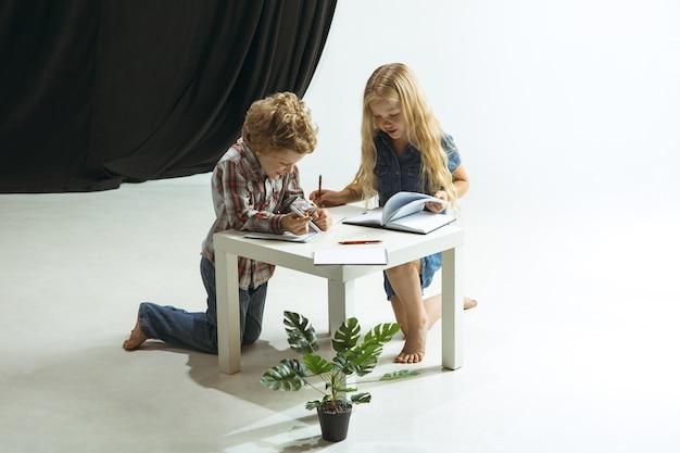 Jongen en meisje bereiden zich voor op school na een lange zomervakantie