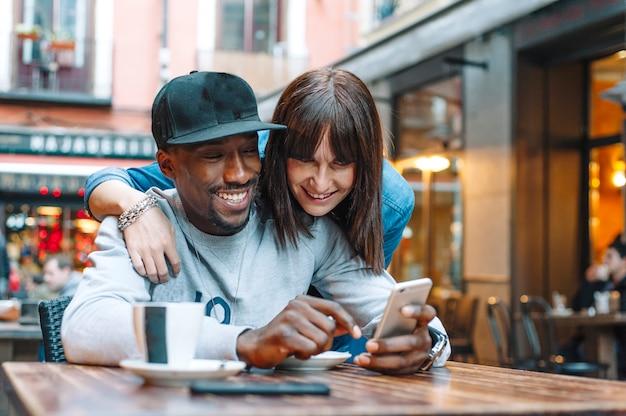 Jongen en meisje café en telefoon