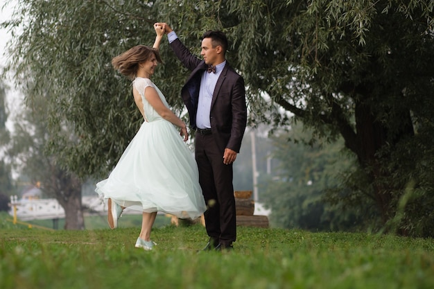 Jongen en meisje dansen in de natuur