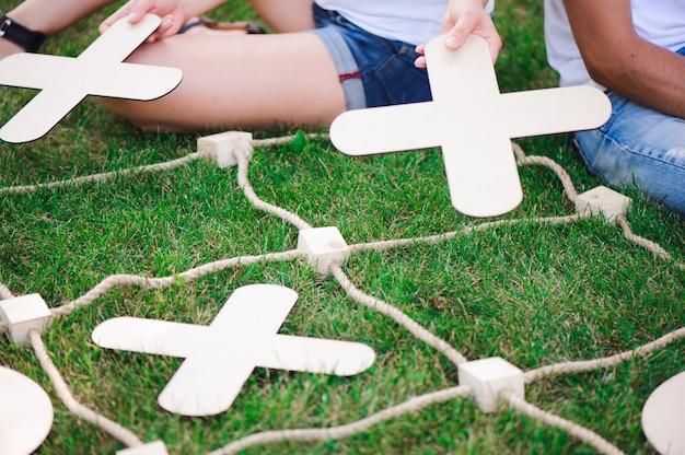 Jongen en meisje die tic-tac-teen in het park spelen