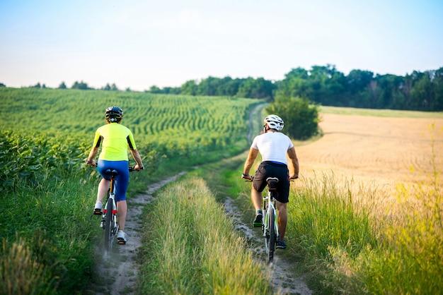 Jongen en meisje fietsen.