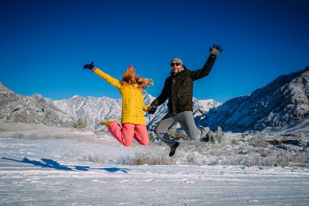 Jongen en meisje hebben plezier tijdens nieuwjaars vakantie in de bergen