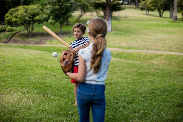 Jongen en meisje honkbal spelen
