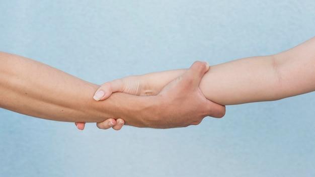 Jongen en meisje houden hun armen vast