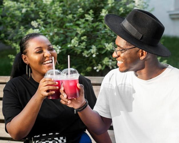 Jongen en meisje juichen met smoothies