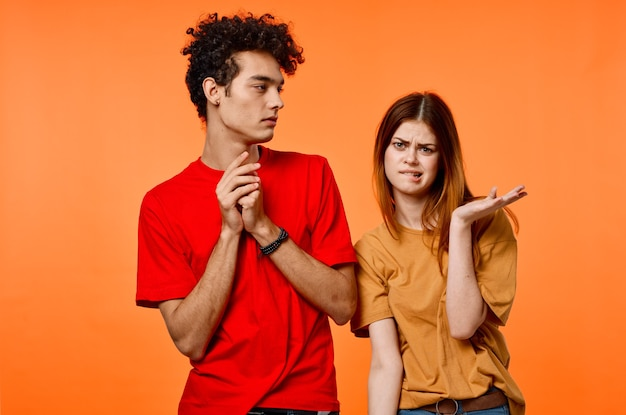 Jongen en meisje kleurrijke t-shirt grimas communicatie