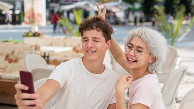 Jongen en meisje nemen een selfie na het einde van de quarantaine