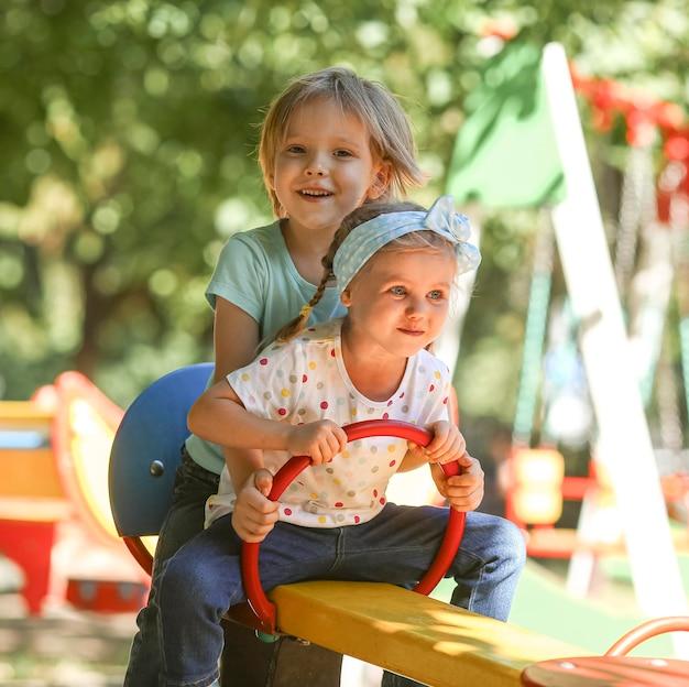 Jongen en meisje samen spelen