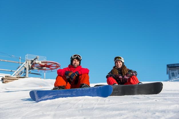 Jongen en meisje snowboarders