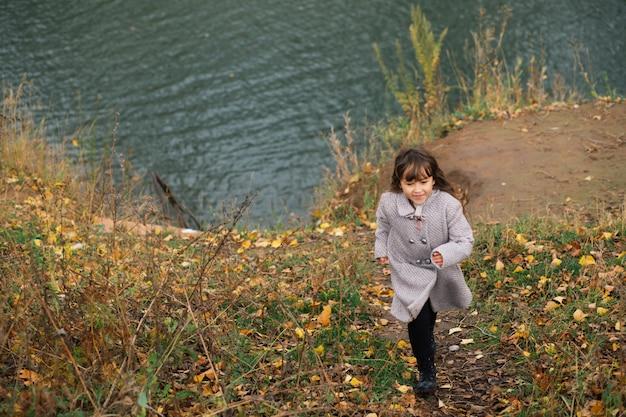 Jongen en meisje spelen in de winter woud
