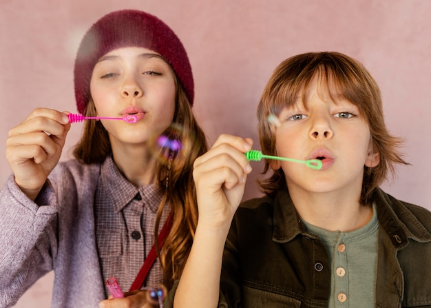 Jongen en meisje spelen met zeepbellen