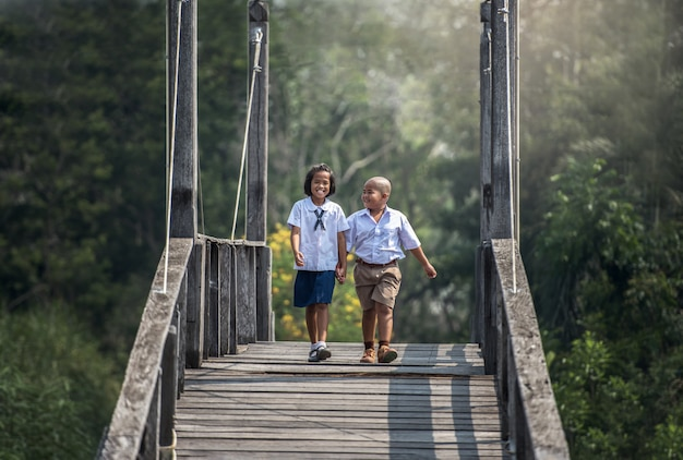 Jongen en meisje terug naar school, onderwijs, azië thailand